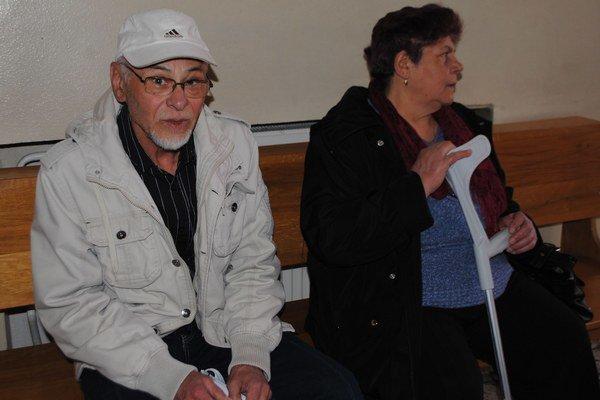 Rodičia vojaka. Július Koliščák a jeho manželka tvrdia, že ich syn bol zdravý a športoval.