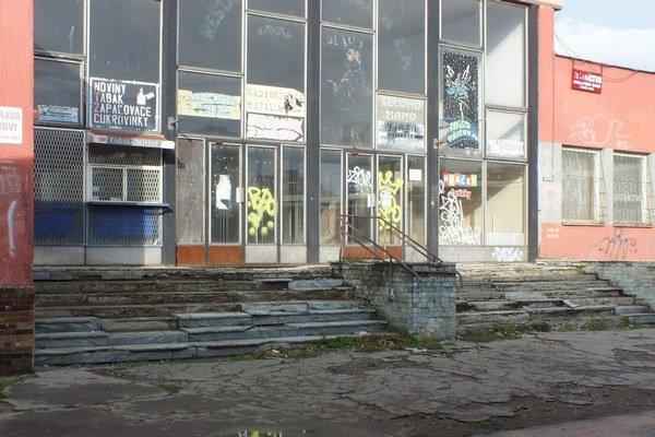 Budova autobusovej čakárne. Jej aktuálny stav je zahanbujúci.