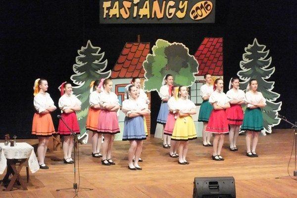 Zábavný program Fašiangy. Predstavili sa tanečníci, herci ispeváci.
