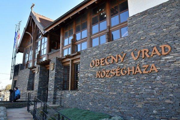 Zrekonštrovaná budova obecného úradu v obci Leles.