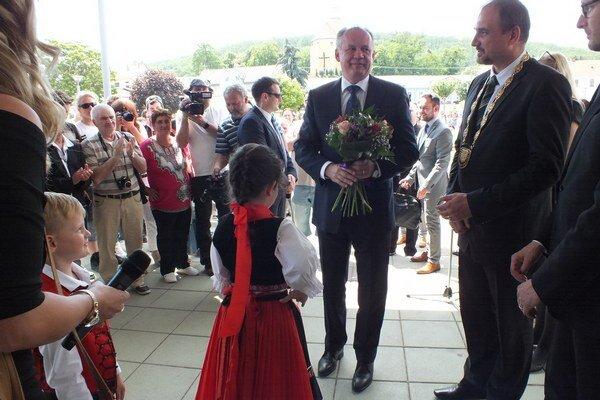 Prezidenta v Kráľovskom Chlmci privítal primátor Karol Pataky (vpravo).