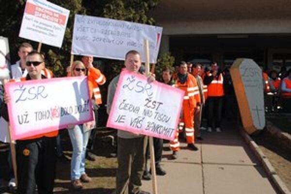 V Čiernej nad Tisou protestovalo vyše 100 železničiarov.