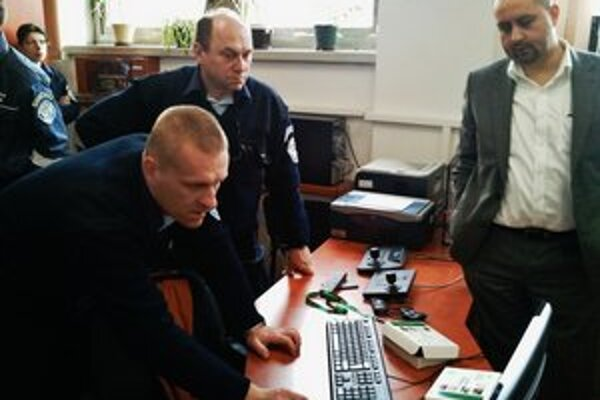 Elektronický strážca. Poslúži trebišovským dôchodcom. V týchto dňoch ho testujú mestskí policajti.