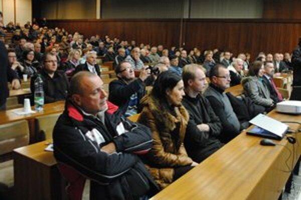 Verejné zhromaždenie. Na stretnutie s novým prevádzkovateľom tepelného hospodárstva prišlo približne 200 Trebišovčanov.