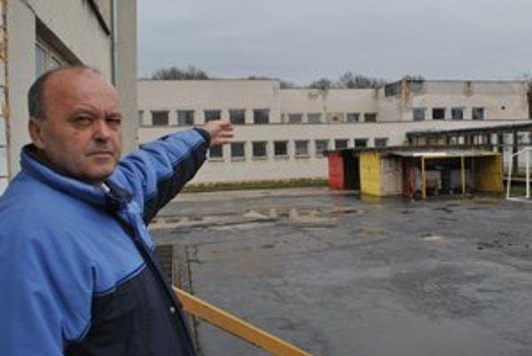 Strecha nad bazénom. Riaditeľ Jozef Vasilčák oznámil mestu jej havarijný stav v roku 2010.