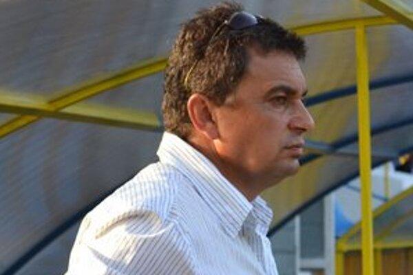 Tréner Slavoja Vladimír Rusnák. Jeho zverenci vyhrali tretíkrát za sebou.
