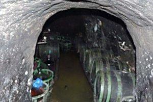 Pohroma. Povrchová voda a aj bahno takto zaplavili súkromné tokajské pivnice.