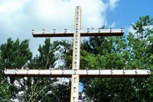 Svietiaci dvojkríž má v obci symbolizovať zmierenie ľudí.