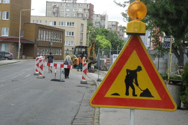 Značka upozorňuje na práce na Ulici M. Mišíka v Prievidzi.