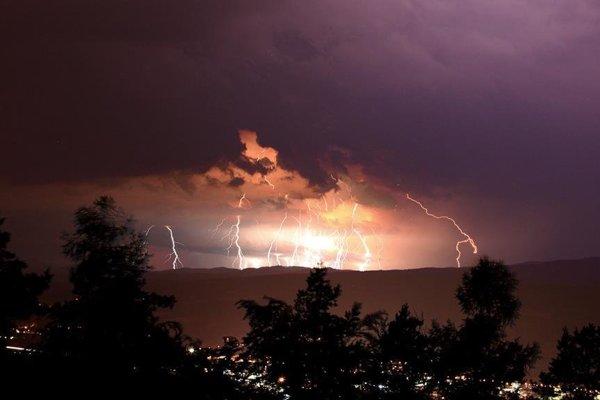 Nočná búrka nad Banskou Bystricou.