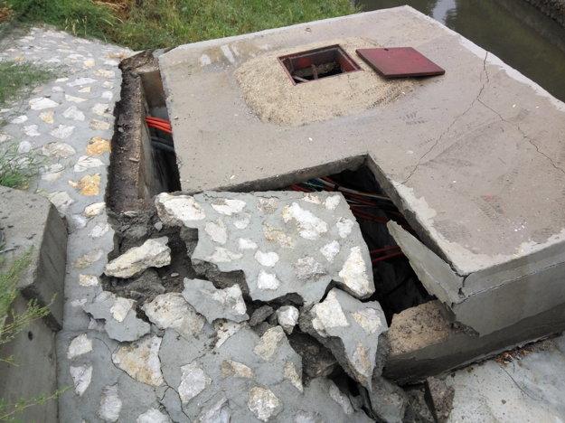 Padnutý preklad roztrhal betón a kamene na brehoch.