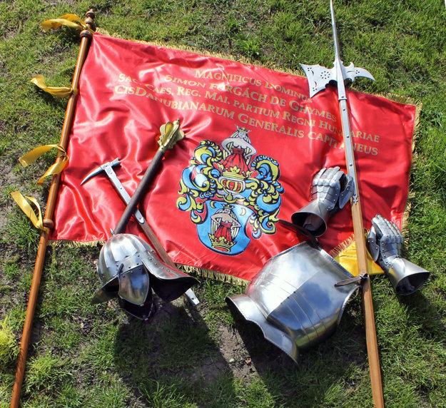 Rekonštrukcia Forgáčovej bojovej zástavy a dobová zbroj.