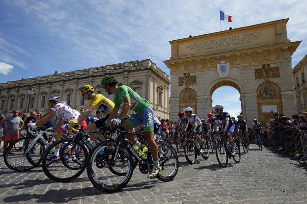 Aj do dnešnej etapy vyštartovali v žltom tričku Chris Froome a v zelenom Peter Sagan.