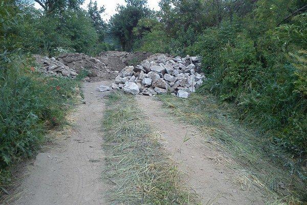 Poľná cesta. Z dediny na ňu navážajú zvyšky z ciest a chodníkov.