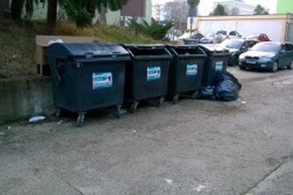 Odpadky nesmú byť ukladané mimo kontajnerov.