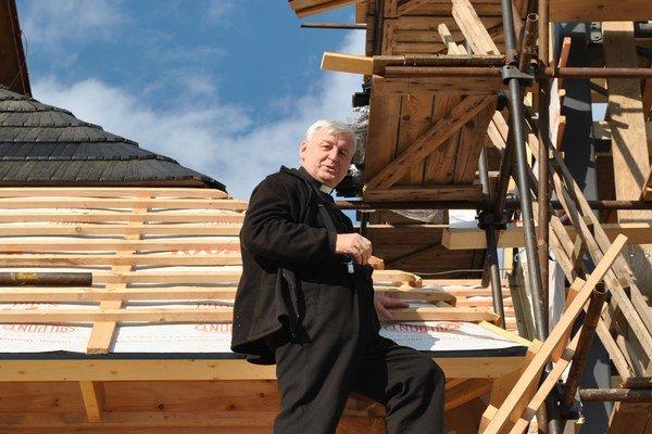 Arcibiskup Ján Babjak. Nemá problém vyliezť aj na strechu chrámu.
