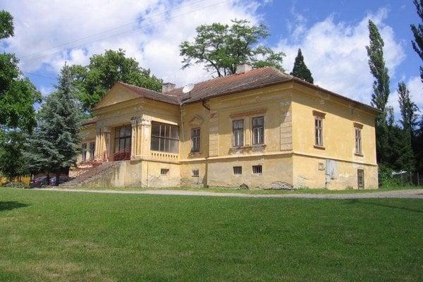 Neskoroklasicistický kaštieľ v strede obce Uzovský Šalgov, bol sídlom tamojšieho šľachtického rodu Péchyovcov. Aj pred ním je viac trávy, než kamennej dlažby.
