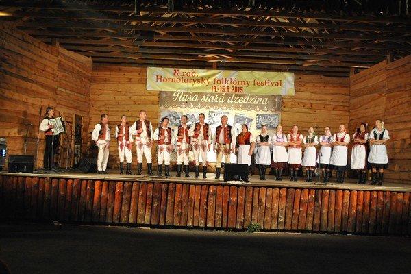 Domáci folkloristi z Krivan otvorili festival.