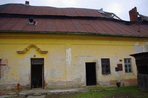 Kaštieľ. Takto vyzerá severná fasáda so zachovaným frontónom nad pôvodným vstupom.