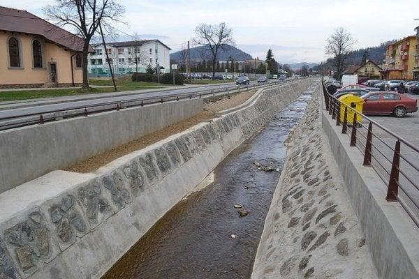 Potok v Lipanoch. Rekonštruovali už rekonštruované.
