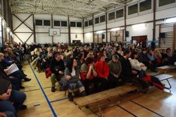 Zhromaždenie. Rodičia a obyvatelia obce kritizovali postoj mimovládky, ktorá školu zažalovala.