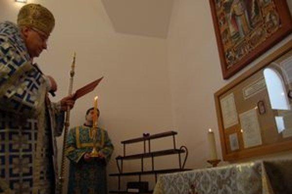 Posväcovanie. Kúsok oleja vytekajúceho z ostatkov sv. Mikuláša uložených v sarkofágu v Taliansku vystavili v Ľutine.