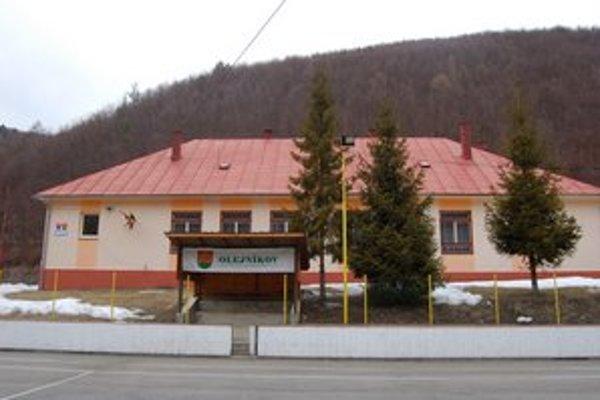 Centrálna budova v Olejníkove. Sídli v nej aj úrad, v súčasnosti ho rekonštruujú.