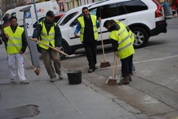 Ulice a chodníky čistia od posypových materiálov.