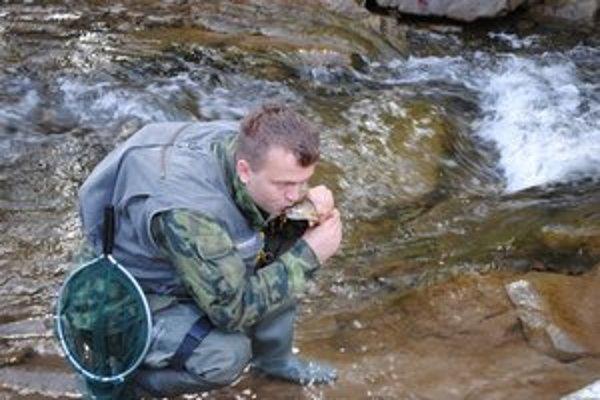 Juraj Kočiš. Radosť má, keď rybu chytí a daruje jej život.