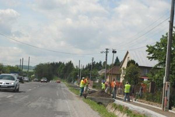 Nové chodníky v Červenici. Pracujú už na II. etape.