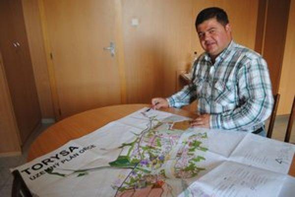 Územný plán. Starosta ukazuje, kde bude lokalita, v ktorej budú bývať Rómovia.