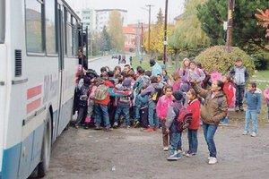 Do školy jazdia autobusom.