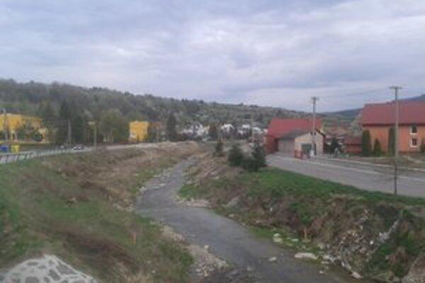 Regulácia potoka, robia ju na začiatku i konci obce.
