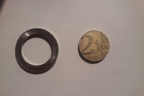 Falošná dvojeurovka. Mladík si nepravosť mince všimol až pri platení.