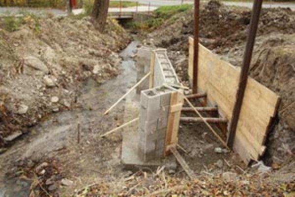 Budovaný  múr je súčasťou opatrení pred zosuvmi na potoku vo Veľkej Lehôtke.