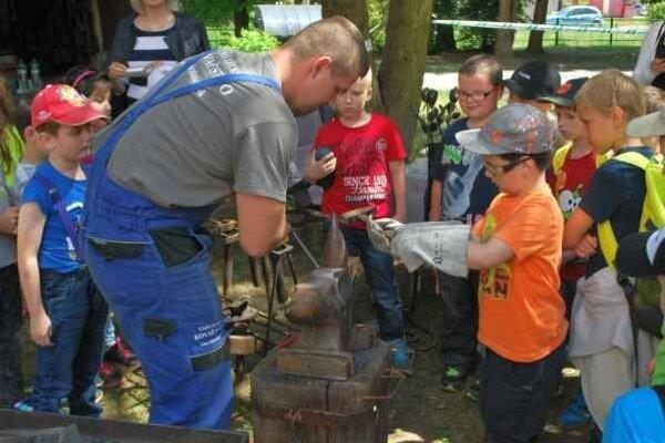 Ukážky kováčstva. Deti pomáhali kováčom.