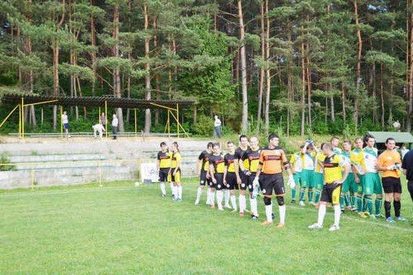 Pred zápasom. V sobotu podvečer odohrali hráči Krh. Podhradia posledný zápas sezóny.
