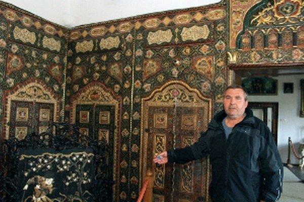 Ján Papco ukazuje Orientálny salón.
