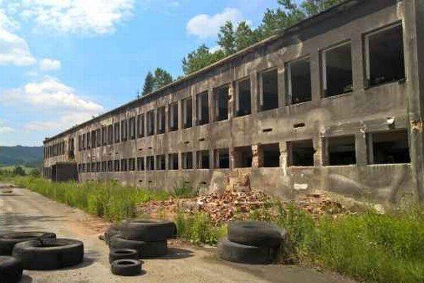 Zničený závod. Z budov závodu ostali ruiny.