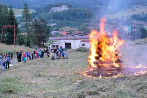Jánsky oheň v Dobšinej. Akciu museli presunúť o jeden deň.