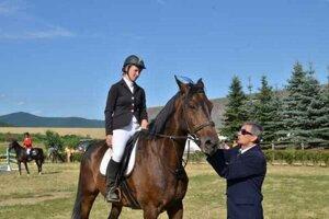 Cena obce Brzotín. Získala ju Eszter Karl z Maďarska na koni Passzat. Dekoruje ju hlavný rozhodca pretekov Ján Kuchár.