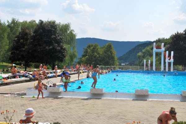 Rožňavské kúpalisko. O rožňavské bazény je počas horúčav záujem.