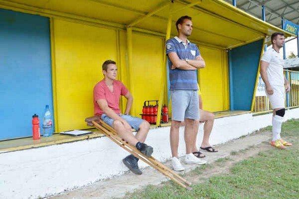 Na lavičke. Jaroslav Figur spolu s trénerom Ladislavom Dávidom sledujú zápas so Strážskym.