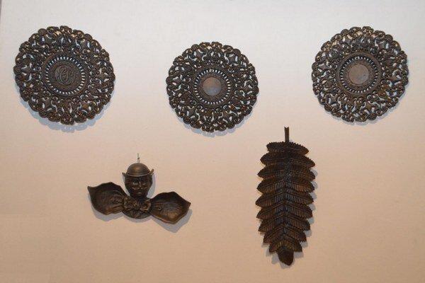 Čo ponúka Historická expozícia – dekoratívne a úžitkové predmety. Zlievarenské komplexy v Kunovej Teplici a Drnave so svojím zameraním  priemyselnej výroby 19. storočia dokázali produkovať aj predmety úžitkového alebo dekoratívneho charakteru.