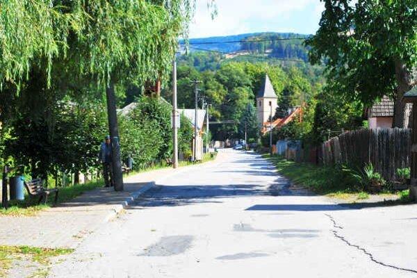 Kaštieľna ulica. Zničené cesty opravia už v septembri.
