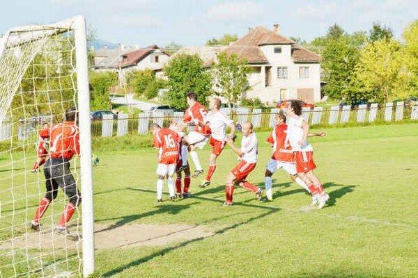 Kvalitný zápas. V Krh. Dlhej Lúke videli početní diváci dobrý futbal.