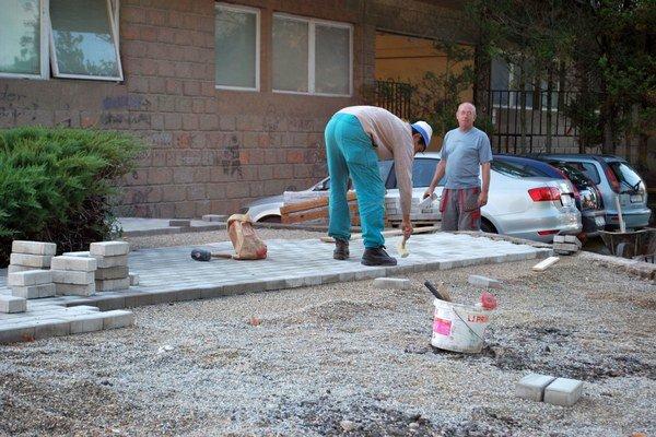 Opravy pri sobášnej sieni. Zámkovú dlažbu vyrábajú priamo v Rožňave.