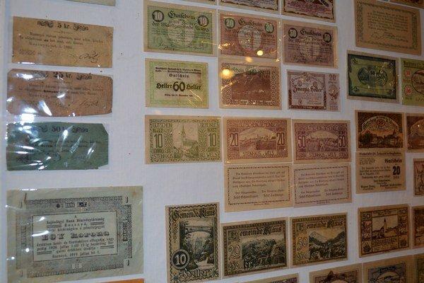 """Čo ponúka Historická expozícia - """"núdzovky"""". Vydávanie núdzových papierových peňazí tzv. """"núdzoviek"""" bolo vyvolané rozvratom hospodárstva a obrovskou infláciou. V Rožňave boli vydávané v roku 1860 a v rokoch 1919 – 1920."""