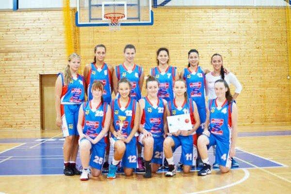 Rožňavské basketbalistky spolu s hrajúcou trénerkou Monikou Repaszkou (v hornom rade s č. 13).