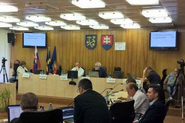 Diskusia poslancov a mesta. Poslanci diskutovali o problematike odpadov.